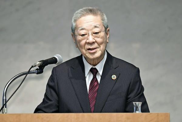 経団連は春季労使交渉の指針で日本型雇用の見直しを訴えた(労使フォーラムであいさつする経団連の中西宏明会長)