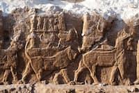 王宮以外で見つかることはきわめてまれな古代のレリーフ。ライオンや竜などの動物に乗った、最高神アッシュール、その配偶神ムリッスなどのアッシリアの神々の行進が描かれている(PHOTOGRAPH BY ISABELLA FINZI CONTINI)