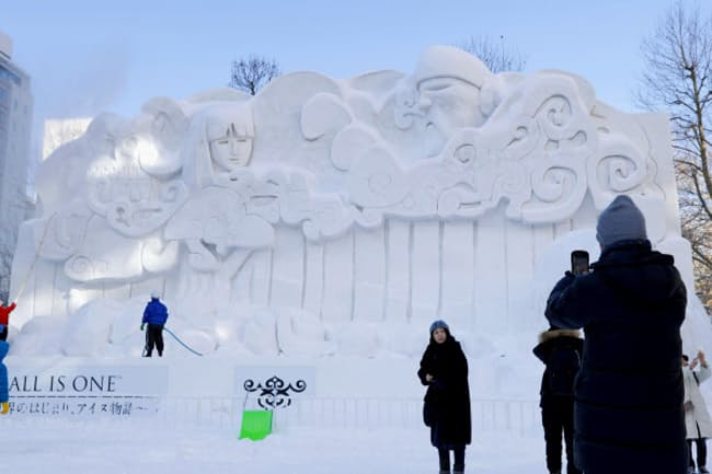 新型肺炎の感染拡大は訪日外国人の減少など日本経済への影響が懸念されている(写真は2月11日まで開催していた「さっぽろ雪まつり」)=共同
