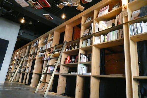 書棚の裏で眠る(東京都豊島区のBOOK AND BED TOKYO 池袋本店)