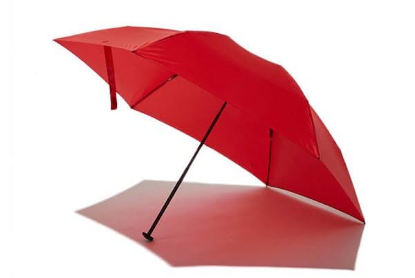 「カーボンテクノロジーポータブルアンブレラ50cm」(無地は税込み1万1000円。柄入りは1万2100円)。傘の中棒(シャフト)に釣りざおに用いるカーボン素材を採用。収納時の長さ21.5センチメートル、重さ約76グラム。60センチメートルサイズも用意している