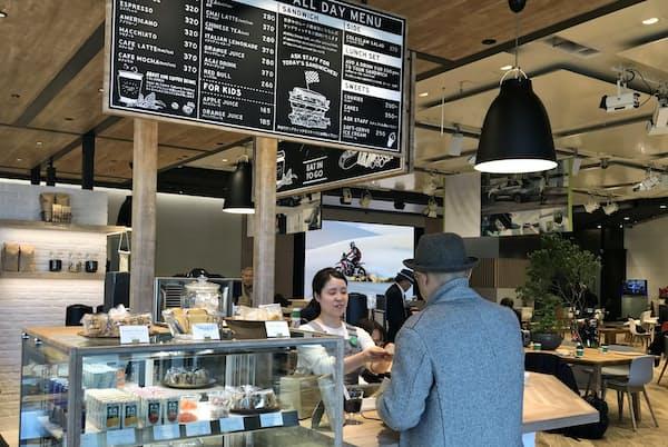 入り口近くのカフェでは各種サンドイッチが人気だ