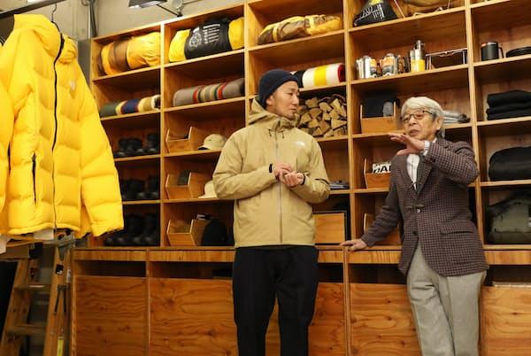 「簡素なつくりの店がいかにもアウトドアっぽくていいね」と話す石津祥介さん(右)と高梨亮さん(東京都渋谷区の「ザ・ノース・フェイス スタンダード」)