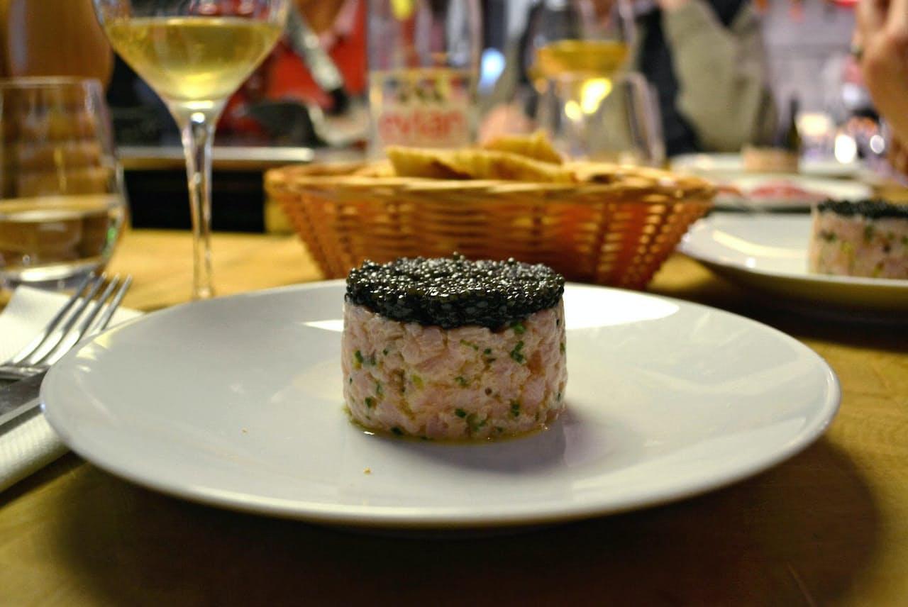 人気精肉店ブシュリ・レストラン・デュゴ・デノワイエのタルタルステーキはキャビアと組み合わせる