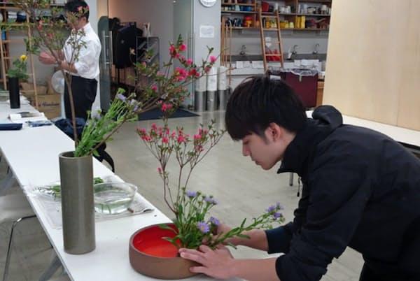 草月流の男性限定いけばな教室「男子専科」で花を生ける受講者(東京都港区の草月会館)