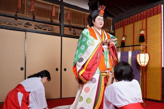 十二単の着装を体験する大貫恭子さん(京都市中京区)=遠藤 宏撮影