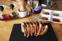 高級ワインとB級グルメのペアリングが大評判の「スタンドシャン食」