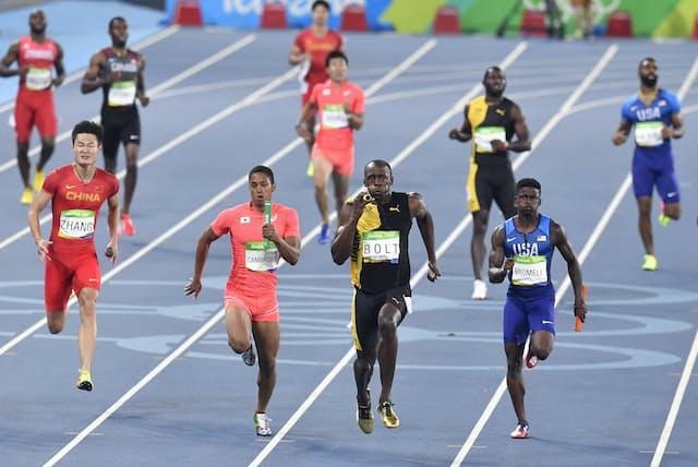 前回の2016年リオデジャネイロ五輪では、男子4×100mリレーで日本が見事銀メダルを獲得しました(左から2番目が日本チーム、写真:AP)