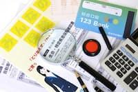 保険のムダを見極めるには正しい保険の知識が必要になる(写真はイメージ=PIXTA)
