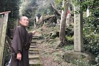 矢田寺八十八カ所のスタート地点を示す住職の前川真澄さん(奈良県大和郡山市)