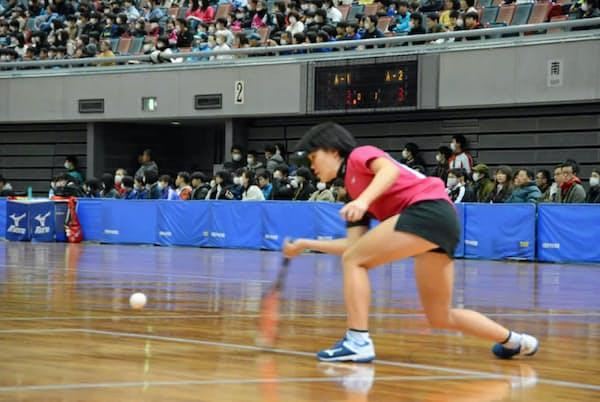 ソフトテニスは屋内でもプレーが行われる(全日本インドアソフトテニス選手権大会)=日本ソフトテニス連盟提供