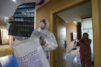 2020年2月3日、封鎖されている武漢の病院で、回診中に肺のCTスキャン画像を見る医師(PHOTOGRAPH BY STR/AFP VIA GETTY IMAGES)