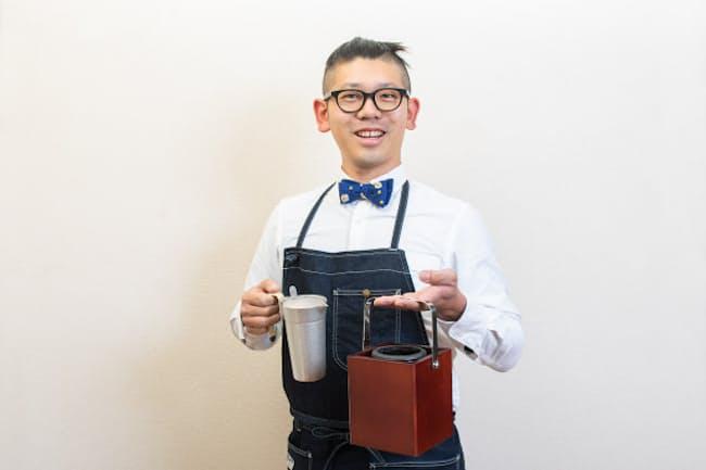 台所番長こと、合羽橋の老舗料理道具店、飯田屋の6代目、飯田結太氏。持っているのは、外でちょうどいい燗酒が味わえる、卓上酒燗器