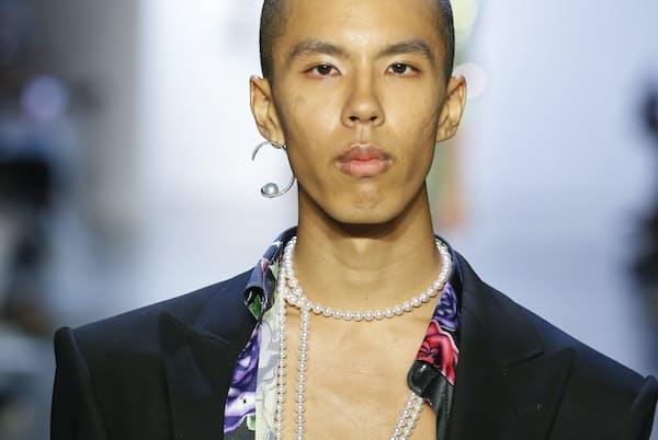 クリエーティブ・ディレクターのプラバル・グルン氏の2020春コレクション。TASAKIのモダンなハイジュエリーをまとった男性モデルが登場(c)LECCA