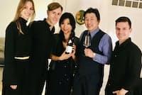 有名なDJのリッチー・ホウティン氏(左から2人目)のドイツ宅で日本酒をPRする永井氏(右から2人目)