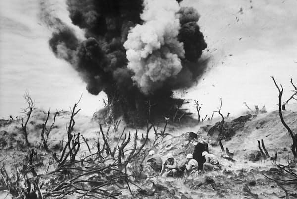 太平洋戦争で米軍にとって最も過酷な戦闘となった硫黄島の戦いは、1945年2月19日から36日間にわたって続き、この島の拠点を壊滅させた(W. Eugene Smith, The LIFE Picture Collection/Getty Images)