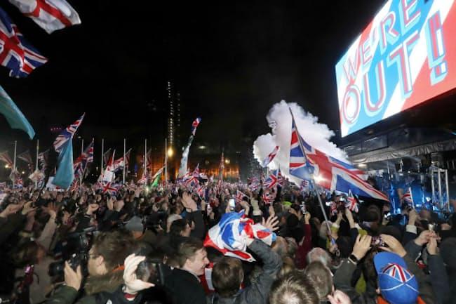 英国がEUを離脱し、気勢を上げる人たち(2020年1月31日、ロンドン)
