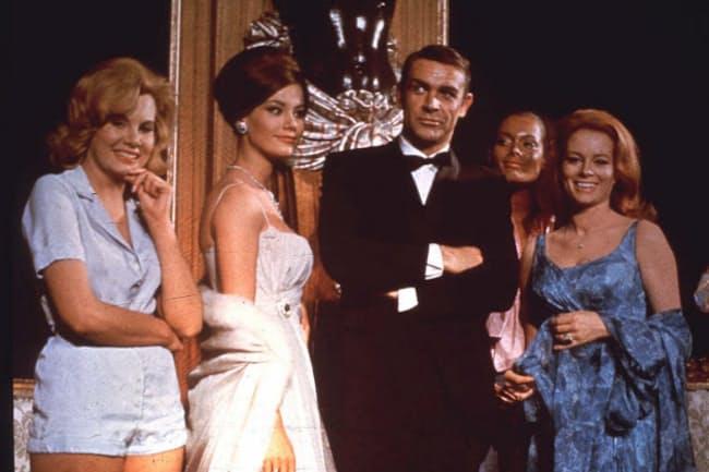 「007 サンダーボール作戦」でのショーン・コネリー。袖口から「ボンド・カフ」がのぞく =AP