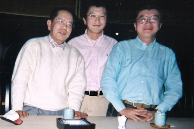 合併や米同時テロで多忙になった2001年の年末に居酒屋で(右端が金杉氏)
