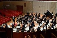 誰もいない観客席を前に無料配信に臨む東京交響楽団(8日、川崎市のミューザ川崎)=青柳 聡撮影