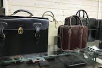 独特のツヤを持つコードバンやホースハイドといった馬革から作るバッグ。そのなめし技術は世界でも高く評価される