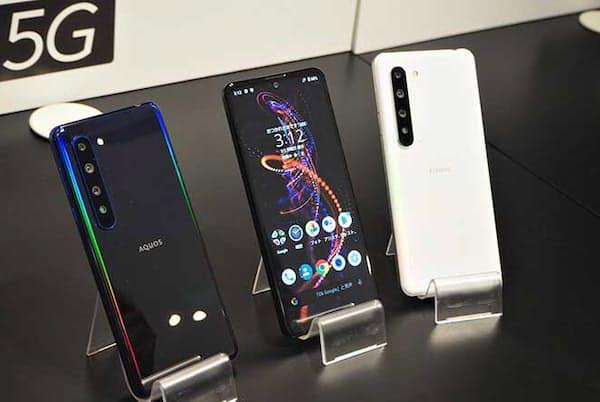 シャープ初の5G対応スマートフォン「AQUOS R5G」。フラッグシップモデルならではの高い性能に加え、4つのカメラを搭載しているのが特徴