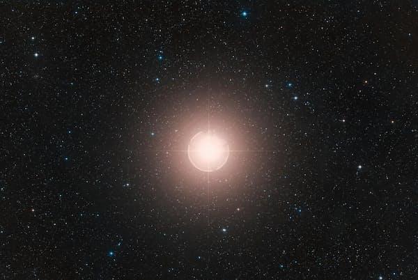 ベテルギウスは全天で最も明るい星の1つだ。写真はデジタイズド・スカイ・サーベイ2のデータからカラー合成したもの(COMPOSITE IMAGE BY ESO/DIGITIZED SKY SURVEY 2. ACKNOWLEDGMENT: DAVIDE DE MARTIN)