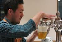 「ブルヴァール・トーキョー」オーナー佐藤裕介さん。注いでいるのはチェコのビール、ピルスナーウルケル。写真は最も一般的な「ハラディンカ」という注ぎ方だ