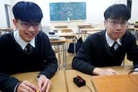 早押しクイズを楽しむ饗庭兄弟 左=尚進さん(弟)、右=雅大さん(兄)
