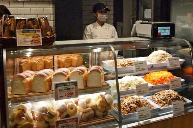 未スライスの食パンや総菜の量り売りを実施する