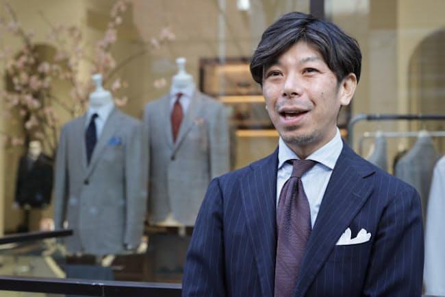 「職人技術がはいった既製服、というのが創業時からのコンセプトです」と話すリングヂャケットマイスター206青山店の津田京樹さん(東京都港区のRING JACKET MEISTER206青山店)