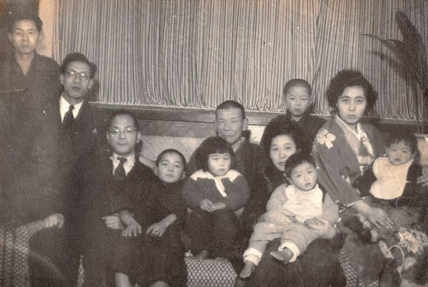 幼少の頃は旅館の喧噪の中で育った(左から4人目が本人)