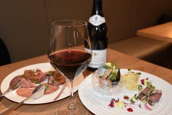 ワインの持ち込みができる「ビストロ ア・トワ」では、客の好みのワインと料理をマリアージュ