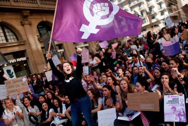 国際女性デーには世界中の女性が平等な権利を求めて街頭で抗議行動を繰り広げる。写真はバルセロナのデモ参加者(PHOTOGRAPH BY PAU BARRENA, AFP/GETTY)