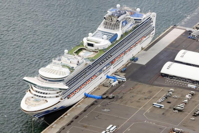 横浜港に停泊するクルーズ船「ダイヤモンド・プリンセス」=共同