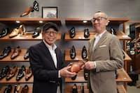 茶のストレートチップを手におすすめの靴について話す石津祥介さん(左)とリーガルコーポレーションの若松隆行さん(東京都中央区のREGAL日本橋)
