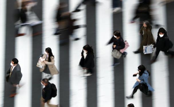 マスク姿で街を歩く人たち(都内)