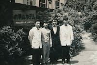大学時代の夏休みはホテルで実習した(右から2人目が本人)