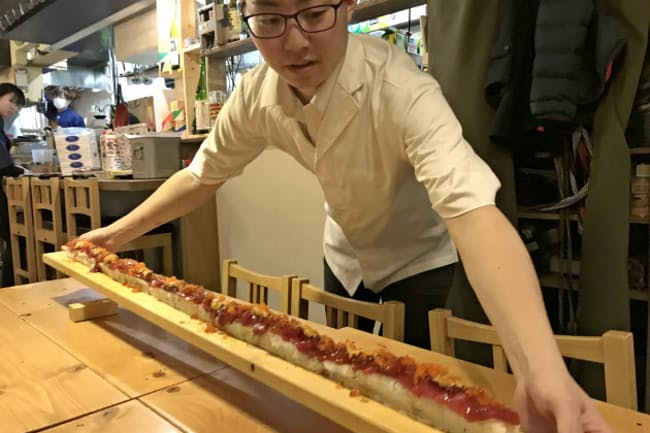 長さ1メートルのロングユッケ寿司はインパクト十分
