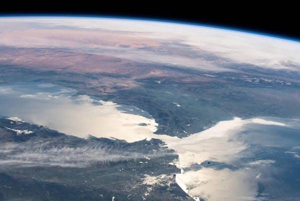 地中海と外海とを結んでいるのは、欧州とアフリカ大陸の間に位置する幅の狭いジブラルタル海峡のみ。国際宇宙ステーションから撮影(PHOTOGRAPH BY NASA)
