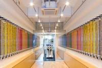 奥のキッチンですべての商品を作り壁面にラインナップが並ぶCHOCI TOKYOの店舗
