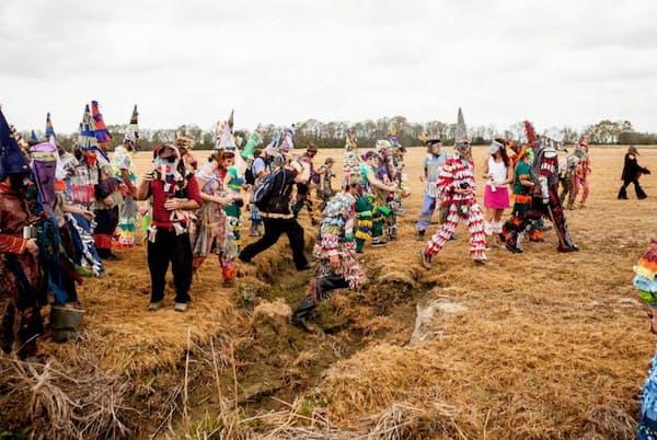 「ファキティーグ・クリル・ド・マルディグラ」に集った人々が、米ルイジアナ州ユーニス郊外の草地を駆け抜ける。祭りの参加者は、その一人ひとりも、参加者全体も「マルディグラ」と呼ばれる(PHOTOGRAPH BY CLAIRE BANGSER)