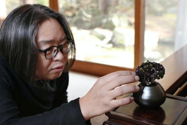 1971年長野県生まれ。土屋宗良氏など著名なフラワーアーティストに師事。2007年には、植物学者リンネの生誕300周年を記念したスウェーデンの国家事業で舞台美術をてがけた。