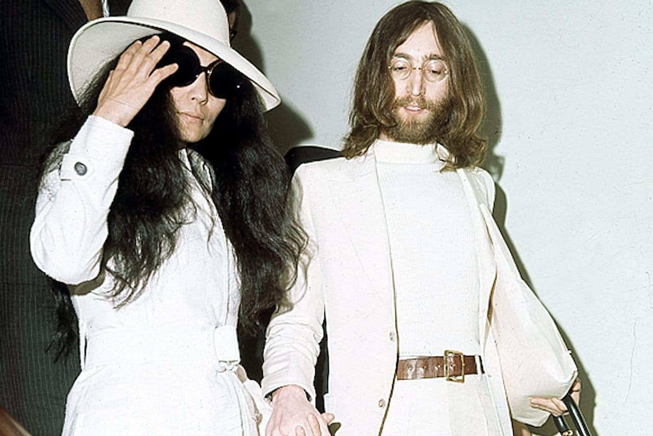 白スーツスタイルはジョン・レノン(右)の象徴的ファッションだ=AP