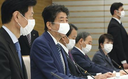 全出席者がマスク着用で臨んだ経済財政諮問会議であいさつする安倍首相(3月31日、首相官邸)