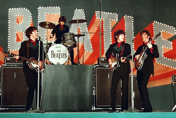 1966年6月初来日、東京の日本武道館で公演するザ・ビートルズ=共同