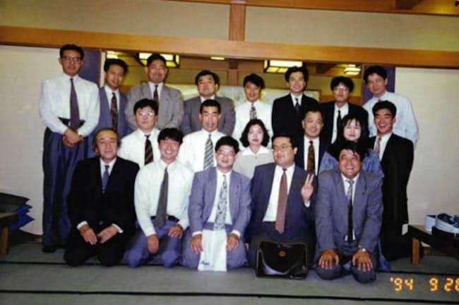 「スーパードライ」の販売好調で息を吹き返した(写真上段の左から4人目が塩沢社長)