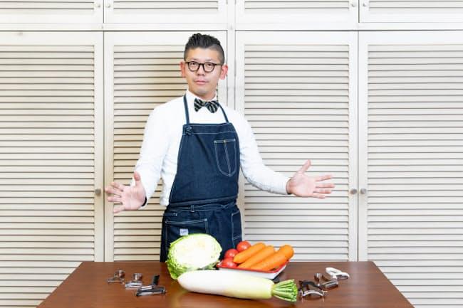 台所番長こと、合羽橋の老舗料理道具店、飯田屋の6代目、飯田結太氏。最新の売れ筋ピーラーの使い勝手を徹底比較した