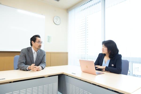 比嘉邦彦東京工業大学教授(左)と白河桃子さん。比嘉教授はテレワーク・クラウドソーシングをメインテーマとした情報システム、組織改革などが研究分野