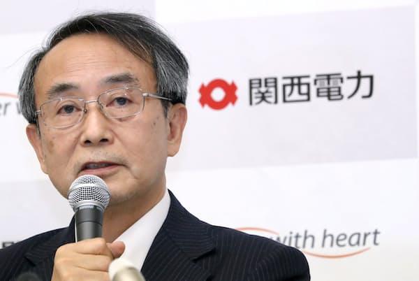 記者会見に臨む関電の森本孝社長